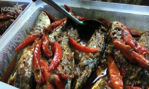 Cá nục kho cay ăn với cháo trắng ở Đà Nẵng