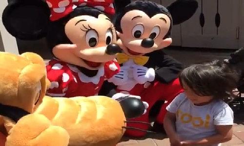 Bé trai bị điếc được các nhân vật hoạt hình ở Disneyland ra dấu 'I love you'