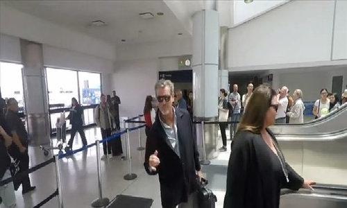 Vợ chồng Pierce Brosnan rạng rỡ ra sân bay đi nghỉ