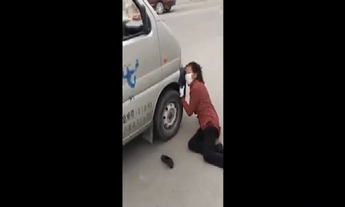 Bà già giả đập đầu vào xe ôtô rồi lăn đường ăn vạ