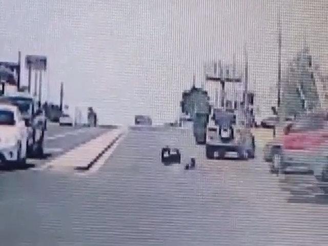 Bé 1 tuổi bị văng khỏi ô tô do không được cài dây an toàn