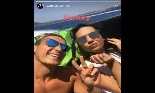Ozil khoe video 'đua tốc độ' với bạn gái hoa hậu