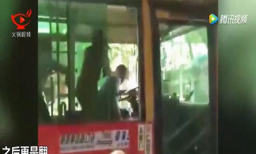 Trèo qua cửa sổ xe buýt để đánh nhau với tài xế