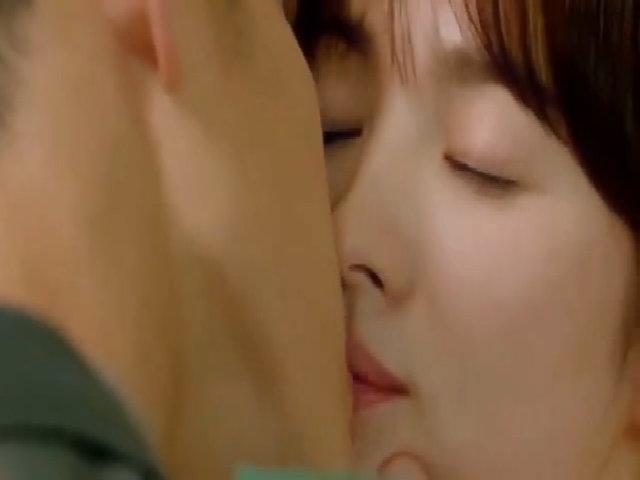 """Nụ hôn đầu tiên trong phim """"Hậu duệ mặt trời"""""""