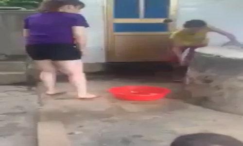 Thêm video hai chị em lúng túng làm thịt gà