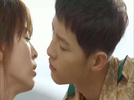 """Khoảnh khắc ngọt ngào của cặp đôi Song trong """"Hậu duệ mặt trời"""""""