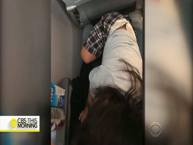 Một người mẹ tuyên bố bà bị ngược đãi bởi United Airline