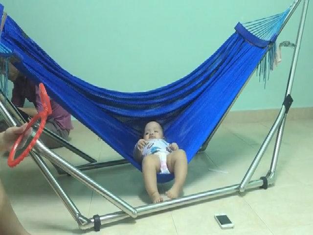 """Bé 1 tuổi tự đu võng """"ru"""" mình ngủ"""