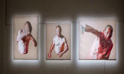 Mải chụp selfie, cô gái phá hỏng tác phẩm nghệ thuật có giá 200.000 USD