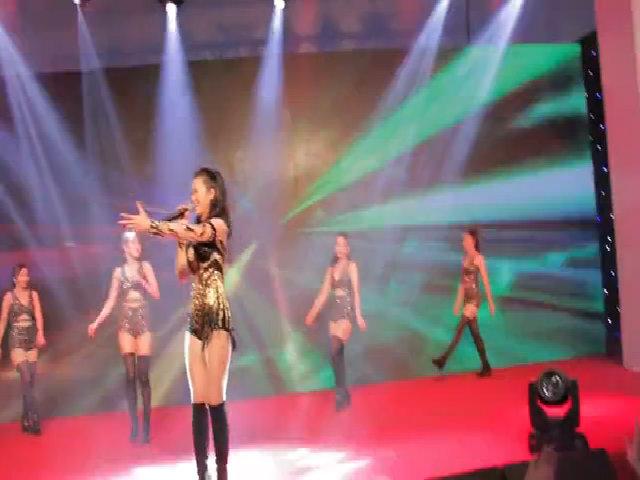 Đông Nhi vừa hát vừa giao lưu với khán giả