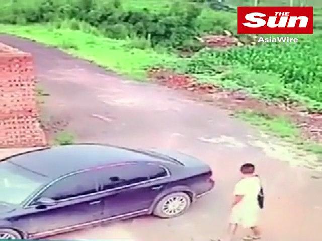 Ăn trộm ô tô, đạo tặc 'hú hồn' khi thấy cảnh cặp đôi đang ân ái bên trong