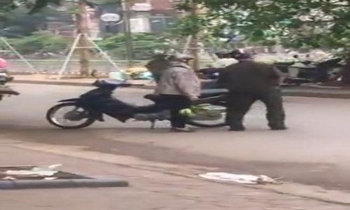 Video: Dân phòng ném đồ của người bán hàng xuống sông gây phản ứng