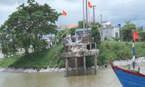 """Người phụ nữ """"bay"""" xuống sông khi tàu cát tông sập cây cầu 100 m"""