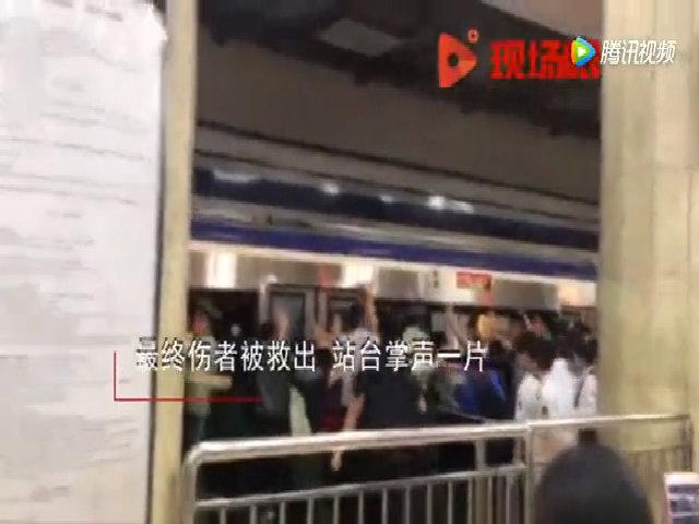 Hành khách hợp sức đẩy tàu điện cứu người bị kẹt chân dưới đường ray