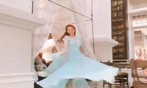 Ngọc Trinh xinh như mộng với váy xanh ngọc