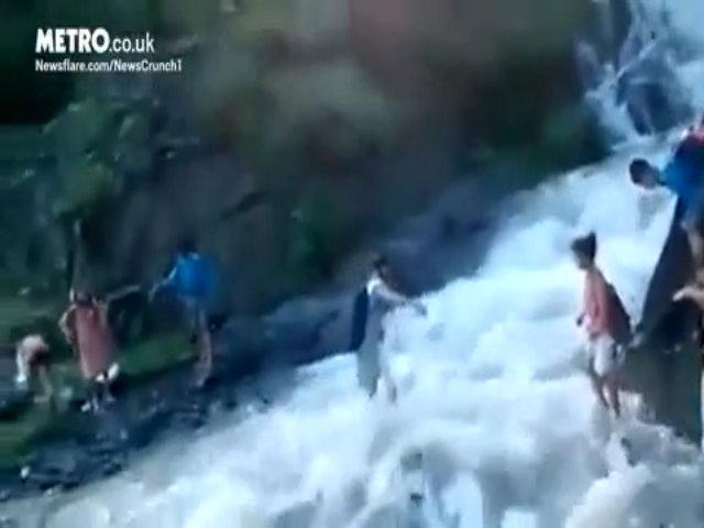 Học sinh Ấn Độ cõng nhau vượt lũ quét đến trường
