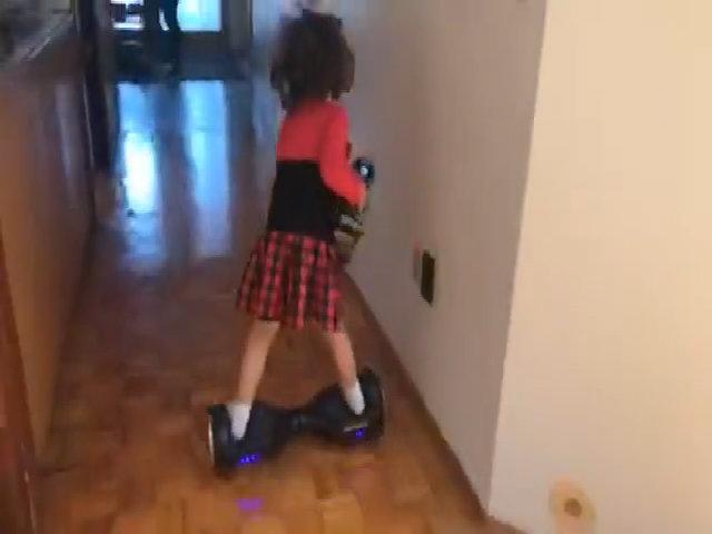 Bé 5 tuổi vừa đi xe điện cân bằng, vừa dọn nhà giúp mẹ