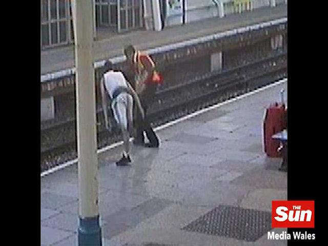 Nam thanh niên cố ý đẩy nhân viên ga tàu xuống đường ray