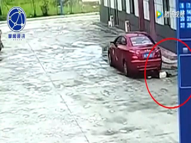 Cha lái xe chèn đúng vào người con gái đang ngồi xổm