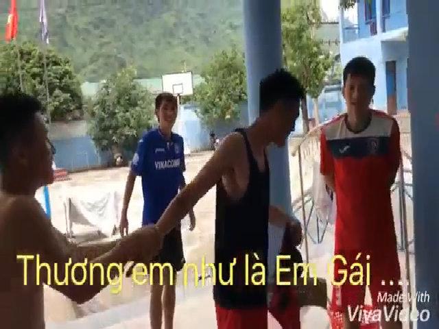 """Cầu thủ Than Quảng Ninh cover ca khúc 'Em gái mưa"""" troll Minh Tùng"""