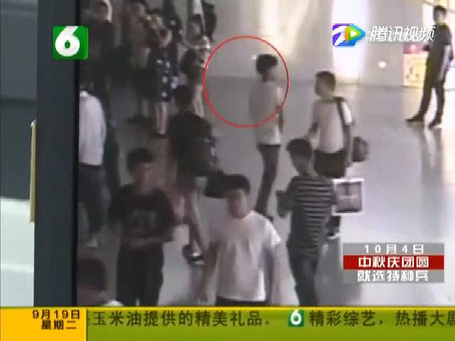 Chàng trai thất tình rải tiền ở nhà ga để xoa dịu trái tim