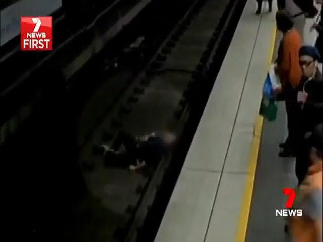 Thoát chết sau khi ngất xỉu, ngã cắm đầu xuống đường ray tàu điện ngầm