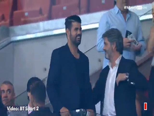 Diego Costa vui vẻ tới cổ vũ Atletico trong trận gặp Chelsea