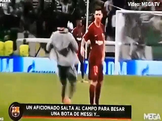 Fan cuồng chạy vào sân hôn chân Messi