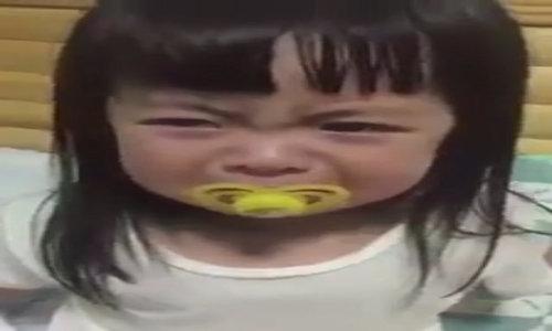 Dù được dỗ dành bé gái vẫn giả vờ khóc nhè