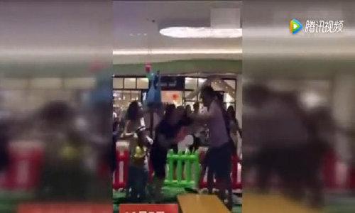 Phụ huynh đánh nhau vì chuyện đồ chơi của con trẻ ở khu giải trí