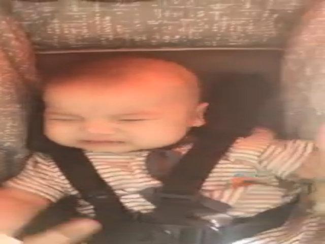 Bé 6 tháng tuổi đang khóc bỗng nín ngay vì được mẹ cho tiền