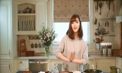 Bích Phương nấu ăn