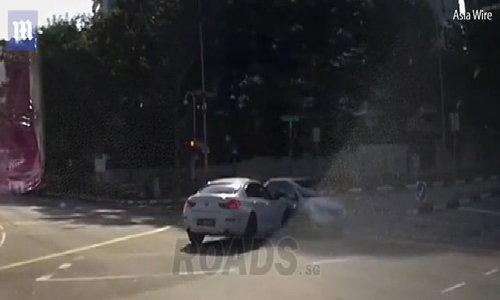 'Chiếc xe ma' bất ngờ xuất hiện trên đường phố Singapore