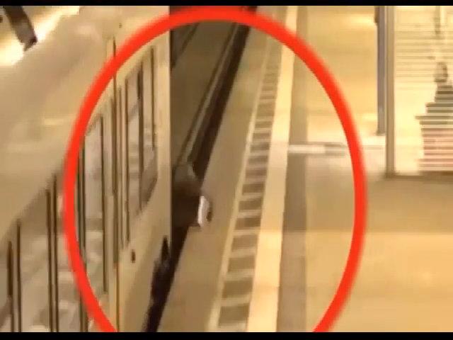 Sống sót dù bị tàu đâm gãy chân khi cố băng qua đường ray