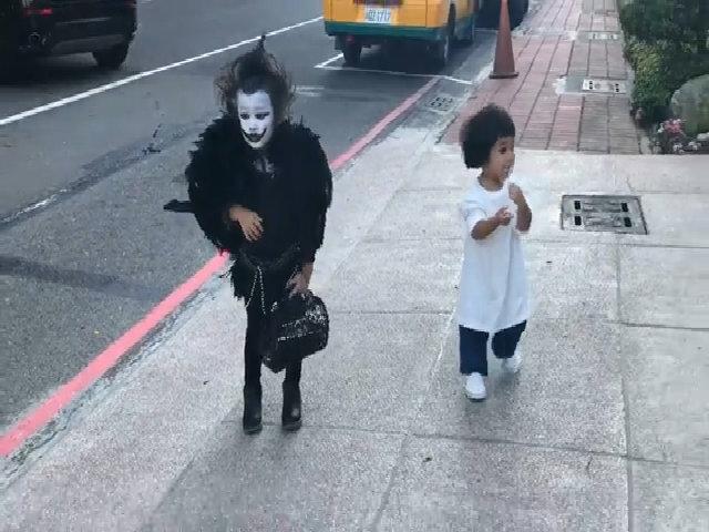 Bé gái học mẫu giáo hóa thân thành thần chết nổi nhất Halloween