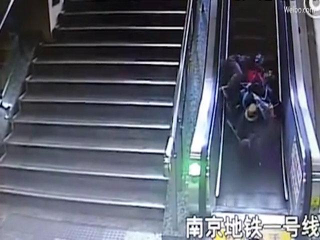Cố đưa xe đẩy chở con lên thang cuốn, hai mẹ con cùng ngã nhào