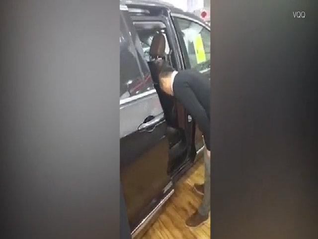 Nhân viên bán xe bị kẹp đầu vào cửa trong khi giới thiệu tính năng cảm biến an toàn