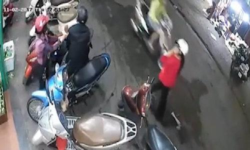 Tên trộm móc cốp xe máy lấy ví tiên trong 5 giây ở Hà Nội