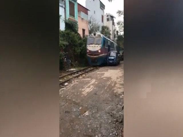 Tàu hỏa quệt nát cabin xe tải đổ bên đường ở Hà Nội