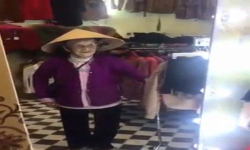 Cụ bà 103 tuổi Nghệ An tự nói chuyện với mình trong gương