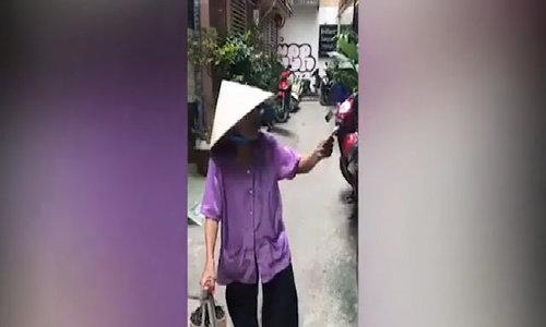 Cụ bà 84 tuổi bán vé số nói tiếng Anh như gió