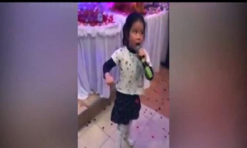 Bé gái hát mừng đám cưới, quan khách trầm trồ khen ngợi