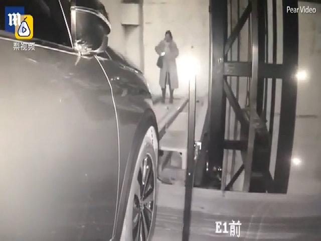 Bị xe cán sau khi bước nhầm vào ô đỗ xe tự động vì mải nhìn điện thoại