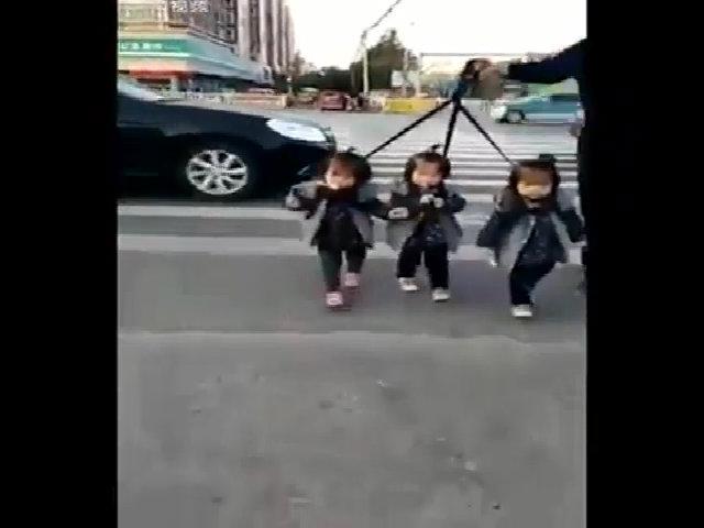Mẹ sinh ba bày cách bảo vệ đàn con khi sang đường