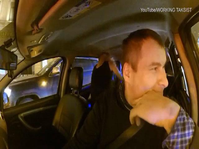 Cặp đôi 'thân mật' trong xe taxi, đòi tài xế ra ngoài 10 phút