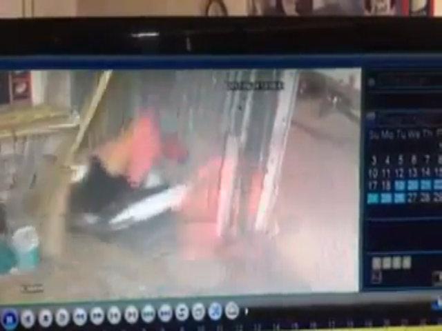 Em bé vặn ga xe máy khiến hai mẹ con lao thẳng vào tường
