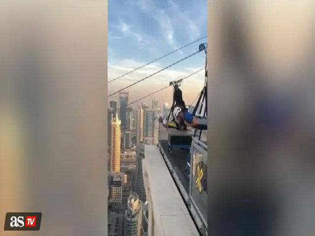 HLV Zidane chơi trò mạo hiểm, lao xuống từ tòa nhà cao tầng