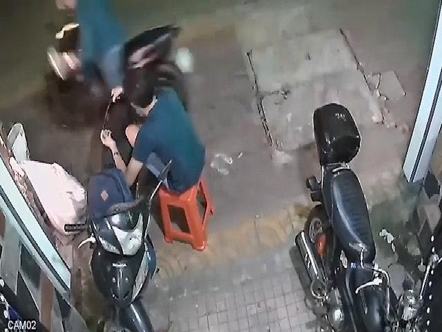 Ngồi lướt web trước nhà bị tên cướp giật mất điện thoại