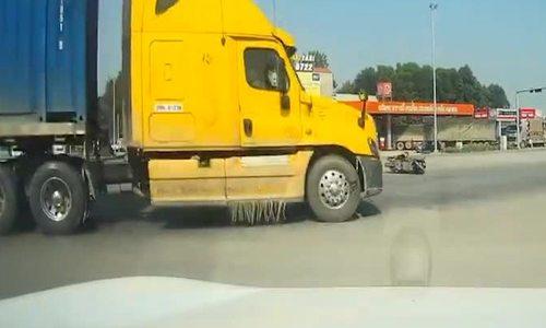 Tài xế container bẻ lái xuất thần tránh tai nạn chết chóc