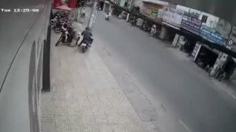 Tên trộm giật túi xách khiến cô gái ngã lăn ra đường